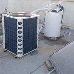 מנוע של משאבות חום על הגג