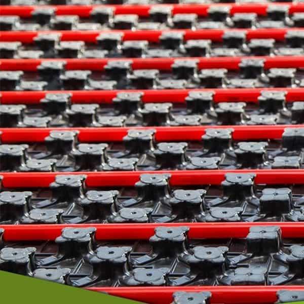 באנר צנרת חימום תת ריצפתי אדומה על משטח שחור