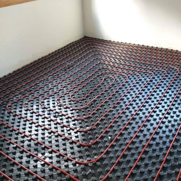 מערכת חימום תת ריצפתי בחדר צנרת אדומה