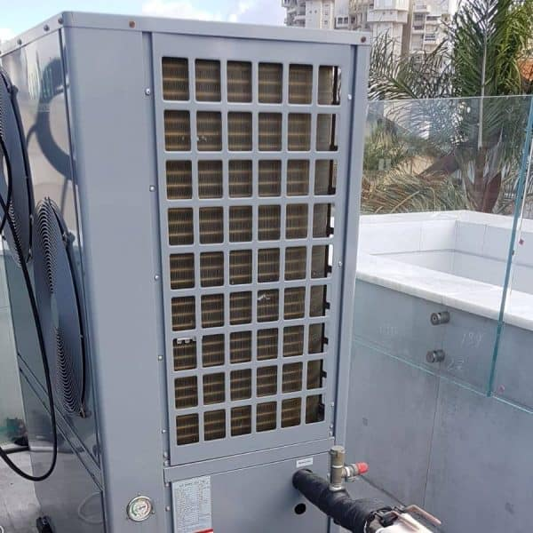 מנוע של משאבת חום על גג הבית