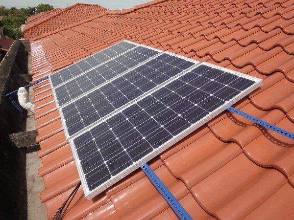מערכת סולארית ביתית על גג רעפים