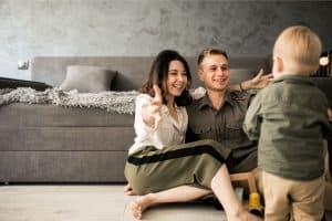 תמונה של משפחה מאושרת עם חימום תת רצפתי בערד